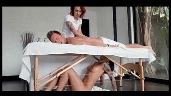 Пацан с большим членом одновременно получает удовольствие от массажа и минета